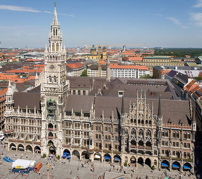 """676px-Rathaus_and_Marienplatz_from_Peterskirche_-_August_2006_zugeschnitten. Foto: Neues Rathaus München aus Wikipedia, Artikel """"München"""", Urheber: Diliff. Original uploader was User: Hofres. Das Bild unterliegt der GNU-Lizenz für freie Dokumentation, Version 1.2 oder einer späteren Version: http://commons.wikimedia.org/wiki/Commons:GNU_Free_Documentation_License_1.2. Diese Datei ist unter der Creative Commons-Lizenz Namensnennung-Weitergabe unter gleichen Bedingungen 3.0 Unported lizenziert: http://creativecommons.org/licenses/by-sa/3.0/deed.de"""